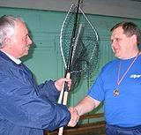 Pasaules čempions Pēteris Lideris pasniedz balvas jaunajam Latvijas čempionam kastingā telpās