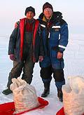 Latviešu copmaņi Juris un Edgars ar dienas darba rezultātu - ap 30 kG katram